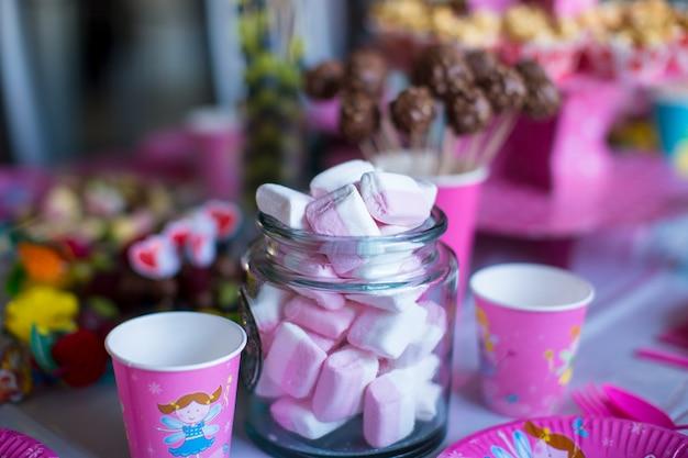 Zefir, Słodkie Bezy, Popcorn, Ciasta Kremowe I Ciasto Wyskakuje Na Stole Premium Zdjęcia