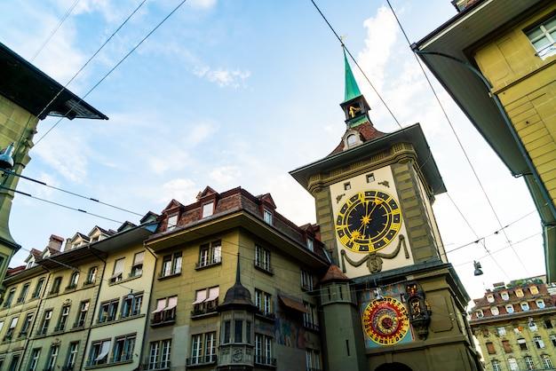 Zegar astronomiczny na średniowiecznej wieży zegarowej zytglogge na ulicy kramgasse w starym centrum miasta b Premium Zdjęcia