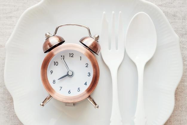 Zegar na talerzu, pojęcie diety na czczo Premium Zdjęcia