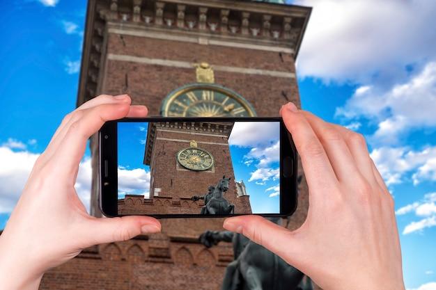 Zegar Na Wieży Ratusza Na Głównym Placu W Krakowie Z Bliska, Polska. Turysta Robi Zdjęcie Premium Zdjęcia