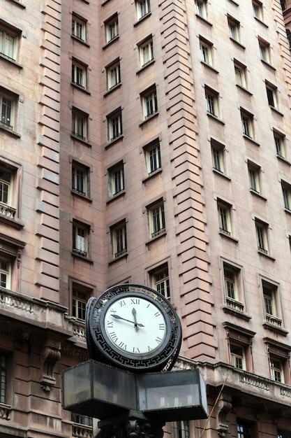 Zegar Przed Budynkiem Martinelli, Sao Paulo Premium Zdjęcia