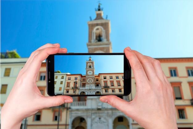 Zegarowy Wierza Na Piazza Martiri W Rimini Włochy. Zdjęcie Zrobione Telefonem Premium Zdjęcia