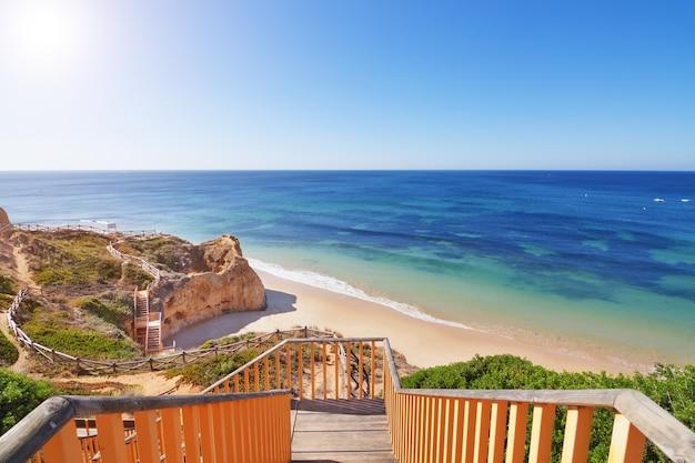 Zejście Po Schodach Na Plażę. Portugalia. Premium Zdjęcia