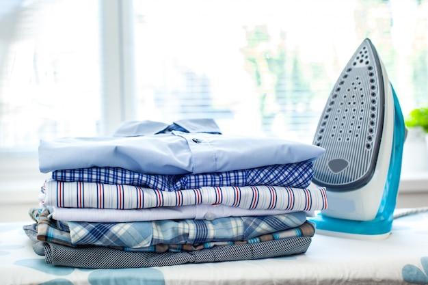 Żelazko Elektryczne I Koszule Premium Zdjęcia