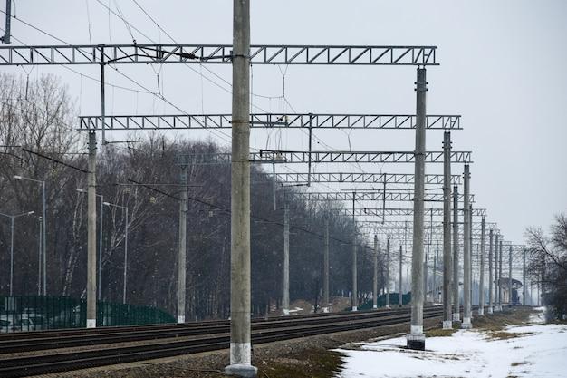 Zelektryfikowana Kolej W Miejscu Postoju Miasta Premium Zdjęcia