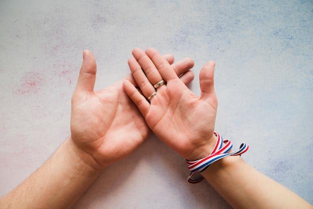 Żeńska Ręka W Męskiej Ręce Darmowe Zdjęcia