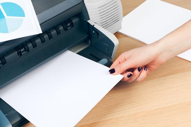 Żeńska sekretarka robi kserokopiom na xerox maszynie w biurze Premium Zdjęcia