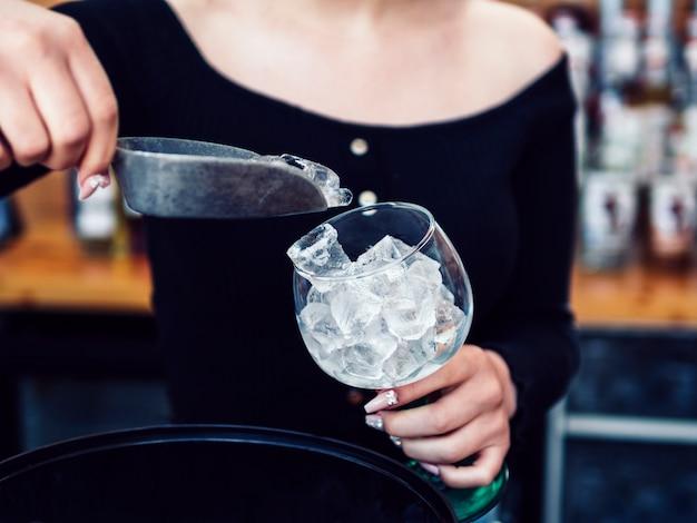 Żeński Barman Dodaje Kostki Lodu Szkło Darmowe Zdjęcia