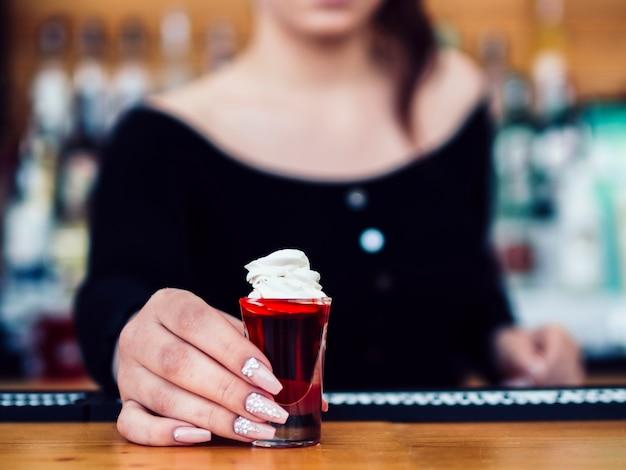 Żeński Barman Słuzyć Kolorowego Czerwonego Strzał Darmowe Zdjęcia