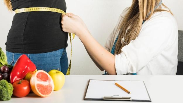Żeński dietician egzamininuje pacjenta w klinice Darmowe Zdjęcia
