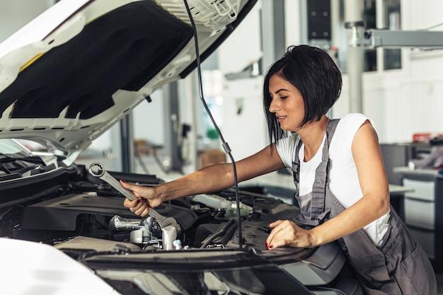 Żeński Mechanik Pracuje Przy Usługą Darmowe Zdjęcia
