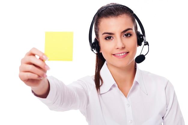 Żeński Operator Posiadający żółtą Notatkę Darmowe Zdjęcia