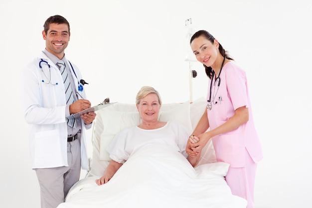 Żeński Pacjent Między Pielęgniarką I Lekarką Premium Zdjęcia