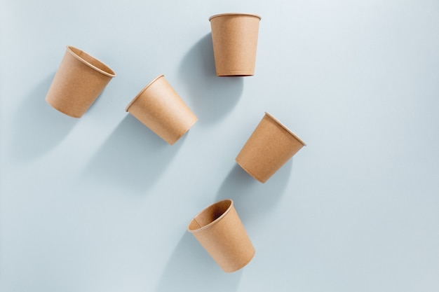 Zero odpadów koncepcja z papierowymi kubkami Darmowe Zdjęcia
