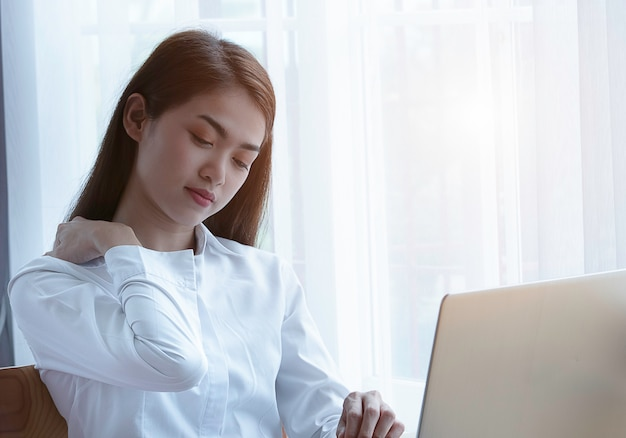 Zespół Biurowy Z Bólem Barku Kobiety Młody Azjatycki Biznes, Koncepcja Zespołu Biura. Premium Zdjęcia