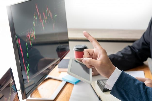 Zespół biznesowy inwestycja przedsiębiorca handel omawianie i analiza danych wykresy giełdowe i wykresy negocjacje i budżet na badania, handlowcy pracujący w zespole Premium Zdjęcia