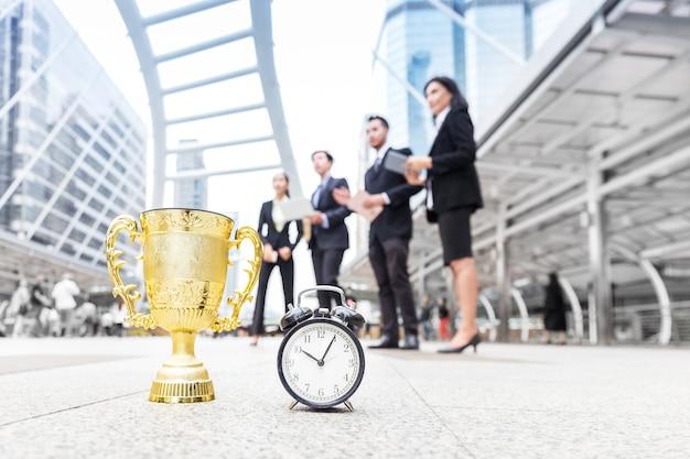 Zespół Biznesowy Sukcesu Wygrywa Złotą Nagrodę W Ograniczonym Czasie Premium Zdjęcia