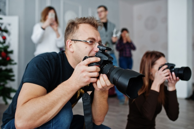 Zespół Dwóch Fotografów Fotografujących W Studio Za Kolejnymi Trzema Pracownikami. Profesjonalny Fotograf W Pracy. Klasa Mistrzowska. Premium Zdjęcia