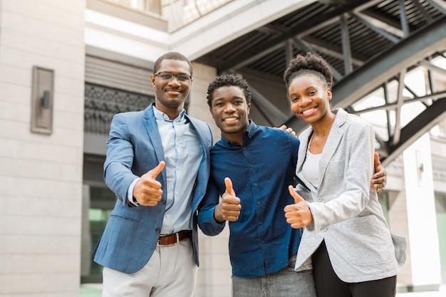 Zespół Młodych Afrykańskich Ludzi Mężczyzn I Kobiet Premium Zdjęcia