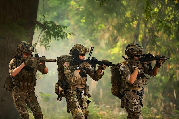 Zespół Sił Specjalnych. Karabin Szturmowy żołnierza Z Tłumikiem. Snajper W Lesie. Premium Zdjęcia