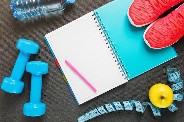 Zestaw akcesoriów sportowych do fitnessu ze sprzętem do ćwiczeń w kolorze szarym Premium Zdjęcia