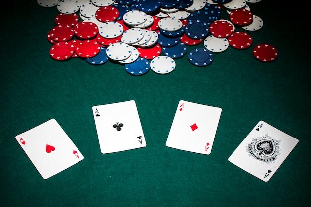 Zestaw Asów Kart Do Gry I żetony Na Zielonym Stole Pokerowym Premium Zdjęcia