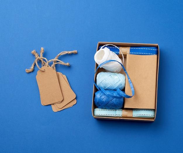 Zestaw Do Pakowania Prezentów świątecznych Na Niebieskiej Powierzchni Premium Zdjęcia