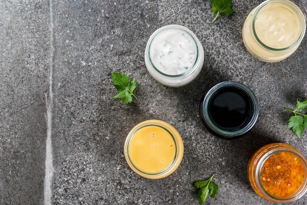 Zestaw Ekologicznych Zdrowych Dietetycznych Sosów Do Sałatek Premium Zdjęcia