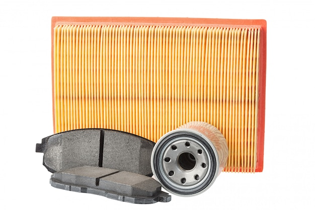Zestaw klocków hamulcowych, filtr oleju, filtr powietrza. części samochodowe na białym tle Premium Zdjęcia