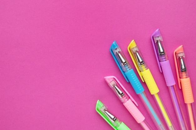 Zestaw Kolorowych Piór Na Różowym Tle Papieru Z Miejsca Kopiowania Premium Zdjęcia