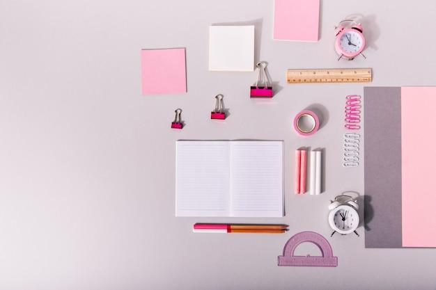 Zestaw Materiałów Biurowych Do Pracy W Pastelowych Różowych Kolorach Na Na Białym Tle. Darmowe Zdjęcia