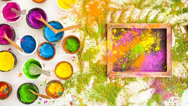 Zestaw misek z jasnymi, suchymi kolorami w pobliżu ramki i stosy kolorów Darmowe Zdjęcia