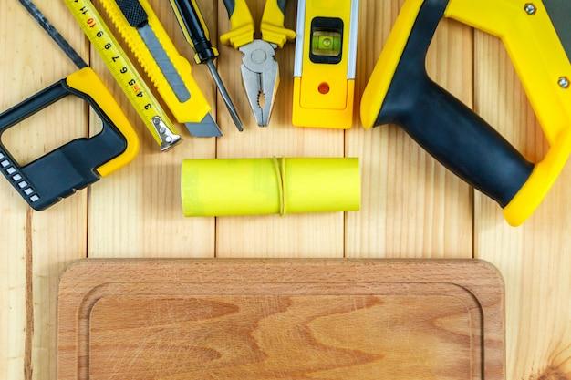 Zestaw Narzędzi Dla Konstruktora Na Drewnianym Tle Z Miejscem Na Reklamę. Premium Zdjęcia