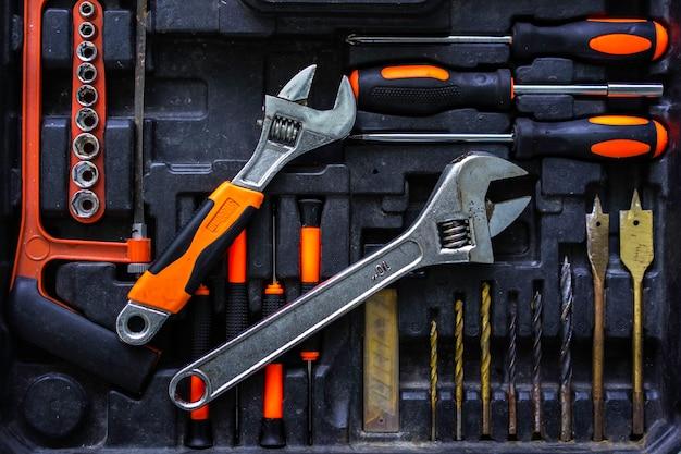 Zestaw narzędzi mechanicznych rzemieślnika w branży. Premium Zdjęcia