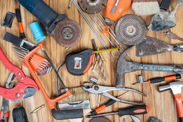 Zestaw narzędzi ręcznych na drewnianej podłodze. Darmowe Zdjęcia