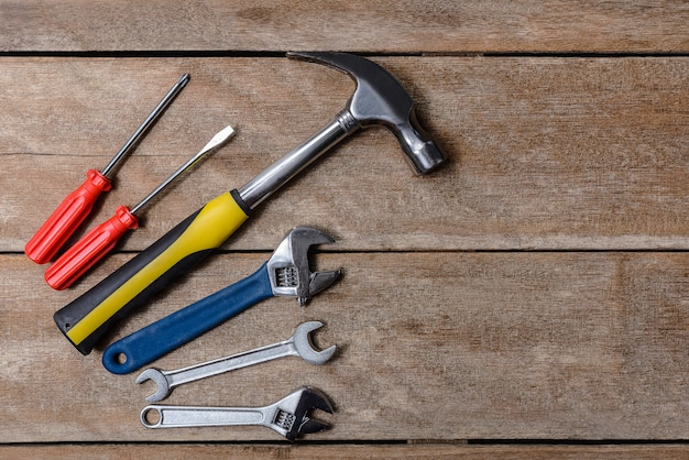 Zestaw narzędzi, zestaw narzędzi mechanicznych młotek, klucz, śrubokręt. Premium Zdjęcia