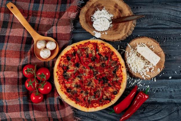 Zestaw Pomidorów, Papryki, Grzybów, Sera I Mąki I Pizzy Na Ciemnym Tle Tkaniny Drewniane I Piknikowe. Leżał Płasko. Darmowe Zdjęcia