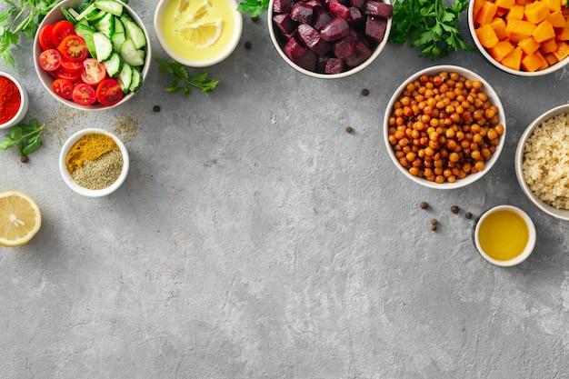 Zestaw Potraw Do Gotowania Zdrowych Potraw Wegetariańskich. Przyprawiona Ciecierzyca, Pieczona Dynia I Buraki, Komosa Ryżowa I Warzywa. Premium Zdjęcia