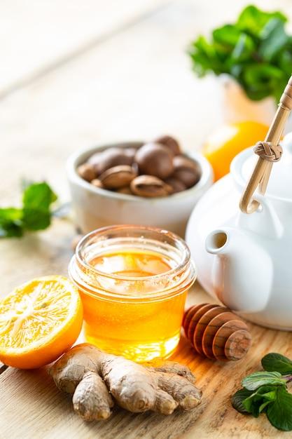 Zestaw Produktów Wzmacniających Układ Odpornościowy. Miód, Cytryna, Orzechy, Imbir Do Zwiększenia Odporności. Kopia Przestrzeń Premium Zdjęcia