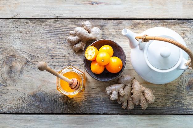 Zestaw Produktów Wzmacniających Układ Odpornościowy. Miód, Cytryna, Orzechy, Imbir Do Zwiększenia Odporności. Widok Z Góry Premium Zdjęcia