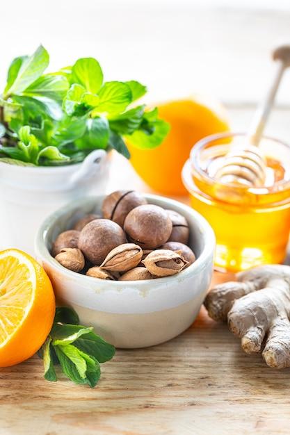 Zestaw Produktów Wzmacniających Układ Odpornościowy. Miód, Cytryna, Orzechy, Imbir Do Zwiększenia Odporności. Premium Zdjęcia