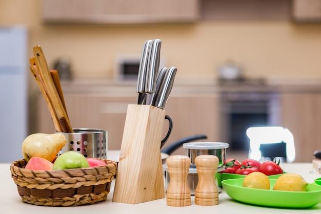 Zestaw Przyborów Kuchennych Na Stole Premium Zdjęcia