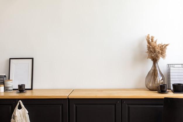 Zestaw Różnorodnych Dekoracji I Akcesoriów Umieszczonych Na Szafce Pod Białą ścianą W Przytulnym Pokoju W Domu Premium Zdjęcia
