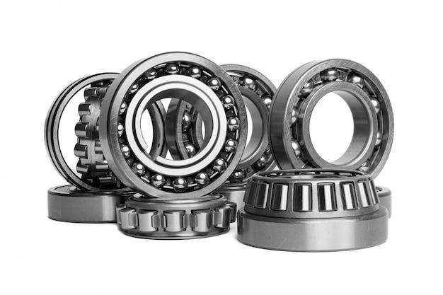 Zestaw Różnych łożysk Tocznych Na Białym Tle. Metalowe Tło Autotechnologii. Część Samochodu Premium Zdjęcia