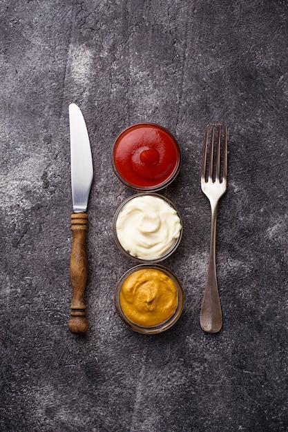 Zestaw Różnych Sosów: Musztarda, Ketchup, Majonez. Widok Z Góry Premium Zdjęcia