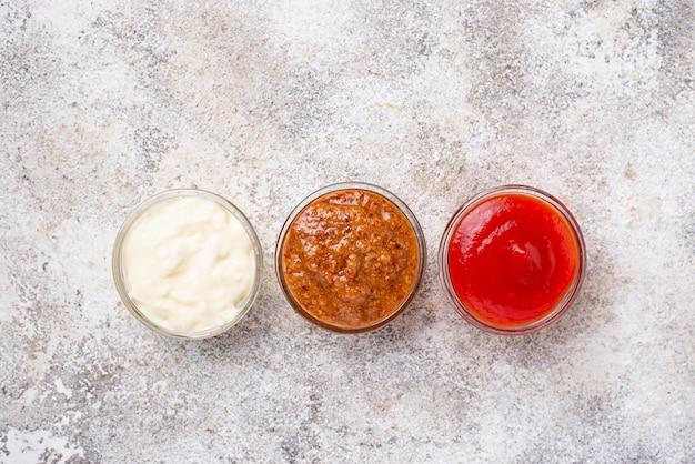 Zestaw Różnych Sosów: Musztarda, Ketchup, Majonez Premium Zdjęcia