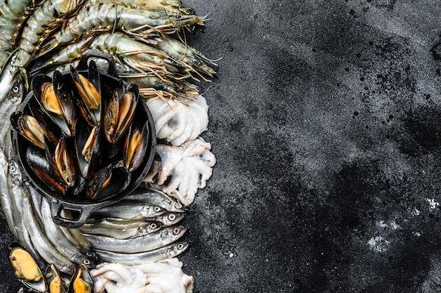 Zestaw Różnych świeżych Krewetek Tygrysich Z Owoców Morza, Krewetek, Małży, Ośmiornic, Sardynek, Pachnących Premium Zdjęcia