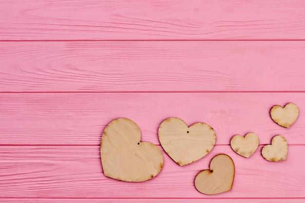 Zestaw Serc Sklejki I Miejsce Na Kopię. Brązowe Rustykalne Serca Wykonane Z Drewna Na Różowym Tle Drewnianych. Drewniane Tło Walentynki. Premium Zdjęcia