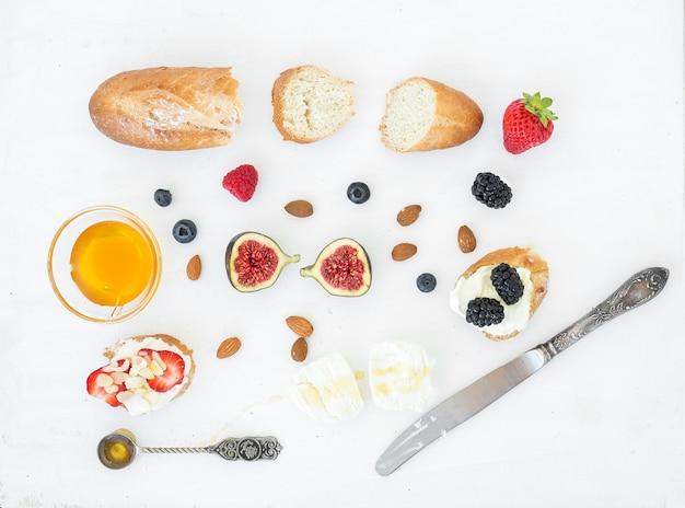 Zestaw Serów, Chleba I Jagód Premium Zdjęcia