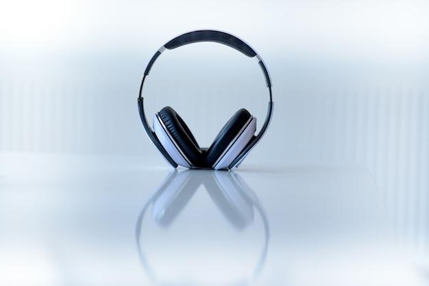 Zestaw Słuchawkowy Na Białej Powierzchni Darmowe Zdjęcia